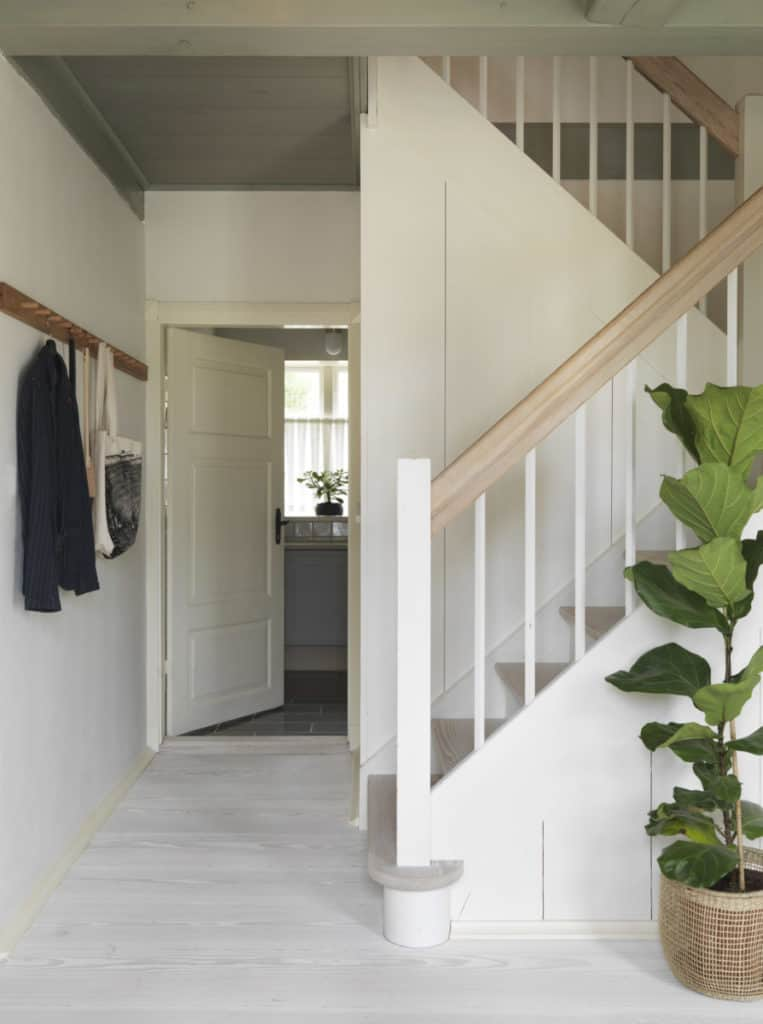 A light and airy hallway with Dinesen flooring in the Dinesen country home