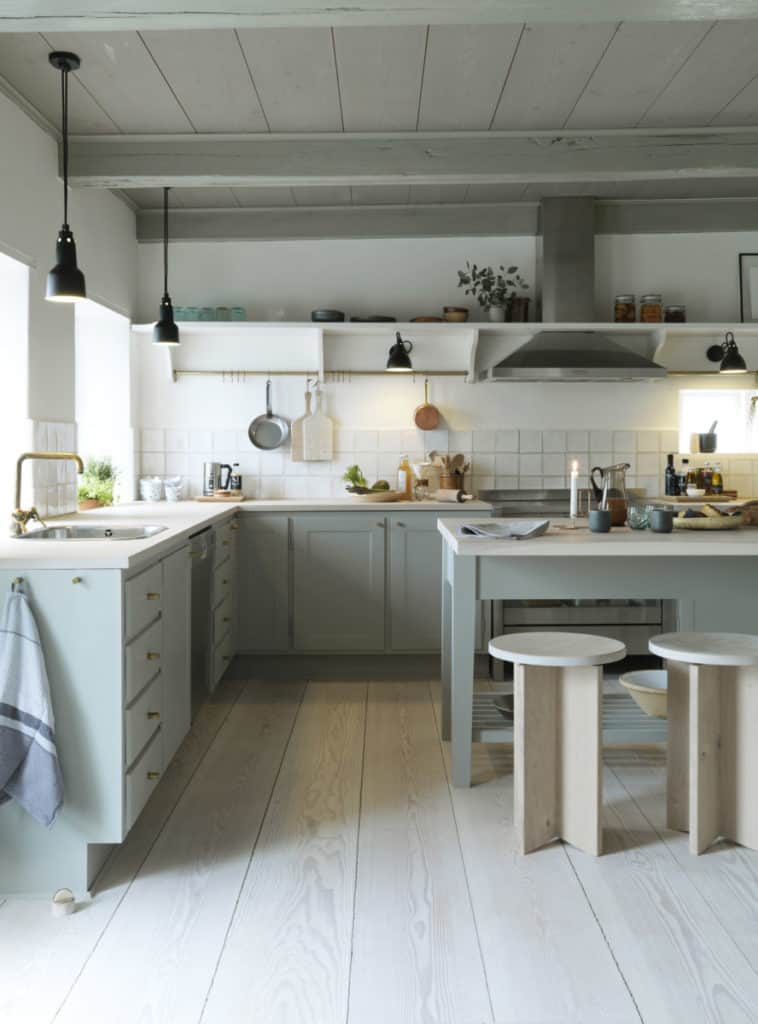 The modern farmhouse look works well with Dinesen flooring too as shown in the Dinesen Country Home