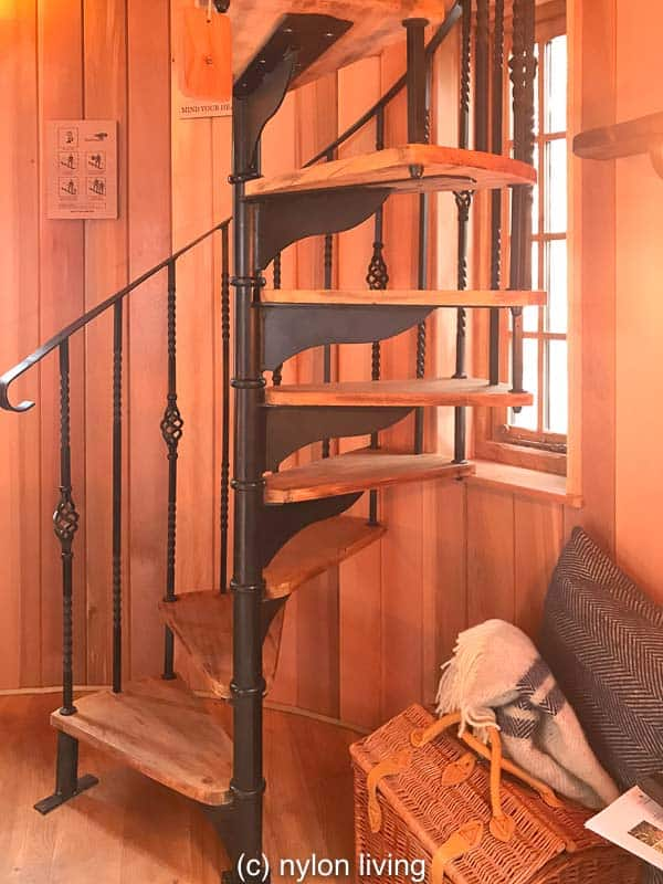 A spiral staircase from the ground floor to the top floor #treehouse #glamping #tinyhouse #treehouseplans #backyardideas #outdoorplay #design #architecture #inthewoods #playoutside #cabinporn #naturelife #timeinthegarden