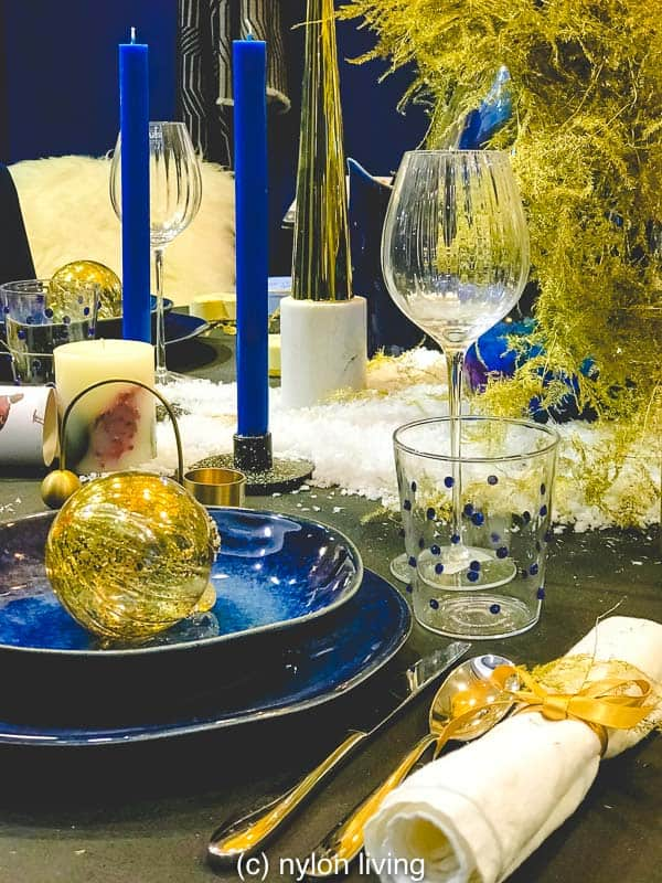 Did you think navy blue and gold would create such beautiful Christmas place settings?